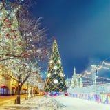 Σφαίρες Χριστουγέννων στους κλάδους δέντρων στο κόκκινο τετράγωνο Στοκ Εικόνα