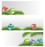 Σφαίρες Χριστουγέννων στους κλάδους πεύκων διανυσματική απεικόνιση