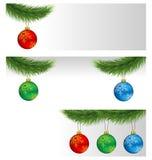 Σφαίρες Χριστουγέννων στους κλάδους πεύκων απεικόνιση αποθεμάτων