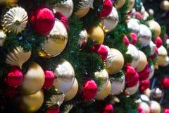 Σφαίρες Χριστουγέννων στο δέντρο Στοκ Εικόνες