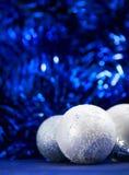 Σφαίρες Χριστουγέννων στο μπλε υπόβαθρο bokeh Στοκ Εικόνες