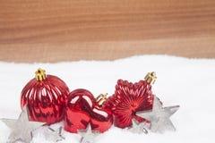Σφαίρες Χριστουγέννων στο χιόνι Στοκ φωτογραφία με δικαίωμα ελεύθερης χρήσης