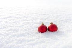 Σφαίρες Χριστουγέννων στο χιόνι Στοκ εικόνα με δικαίωμα ελεύθερης χρήσης