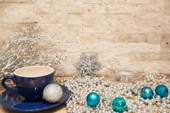 Σφαίρες Χριστουγέννων Aquamarine, ασημένιο snowflake και μπλε φλυτζάνι του cac στοκ εικόνες