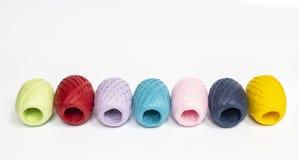 Σφαίρες χρωματισμένο raffia στοκ εικόνες