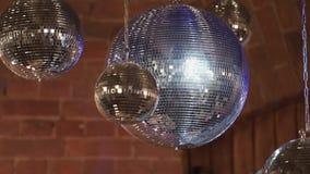 Σφαίρες disco καθρεφτών σε ένα κόμμα απόθεμα βίντεο