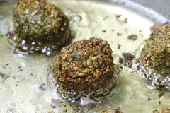 Σφαίρες Falafel που τηγανίζουν στο τηγάνι Στοκ εικόνα με δικαίωμα ελεύθερης χρήσης