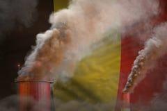 Σφαιρική έννοια θέρμανσης - βαρύς καπνός από τις βιομηχανικές καπνοδόχους στο υπόβαθρο σημαιών του Βελγίου με το διάστημα για το  ελεύθερη απεικόνιση δικαιώματος