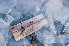 Σφαιρική έννοια θέρμανσης, παλαιό ρολόι που περιβάλλεται από τον πάγο διάστημα αντιγράφων Στοκ Εικόνα