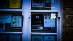 Σφαιρική θερμαίνοντας αφίσα σε ένα παράθυρο στοκ φωτογραφίες με δικαίωμα ελεύθερης χρήσης