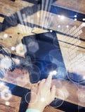 Σφαιρική καινοτομία εικονιδίων γραφικών παραστάσεων διεπαφών εικονική Η έννοια επανδρώνει το χέρι σχετικά με τη σύγχρονη ταμπλέτα Στοκ εικόνες με δικαίωμα ελεύθερης χρήσης