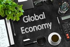 Σφαιρική οικονομία στο μαύρο πίνακα κιμωλίας τρισδιάστατη απόδοση Στοκ φωτογραφία με δικαίωμα ελεύθερης χρήσης