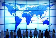 Σφαιρικοί επιχειρηματίες εταιρικοί και παγκόσμιος χάρτης Στοκ Φωτογραφίες