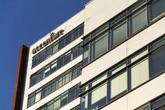Σφαιρικό επαγγελματικό λογότυπο επιχείρησης υπηρεσιών της Accenture στην τσεχική οικοδόμηση έδρας Στοκ Φωτογραφίες