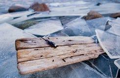 Σφαιρικό θερμαίνοντας παλαιό ρολόι αντίστροφης μέτρησης κλιματικής αλλαγής στον παγωμένο πάγο Στοκ Εικόνες
