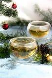 Σφαιρικό πεύκο φλυτζανιών γυαλιού τσαγιού Χριστουγέννων στοκ εικόνα με δικαίωμα ελεύθερης χρήσης
