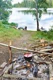 Σφαιριστής με τη σούπα στην πυρά προσκόπων Στοκ Εικόνες