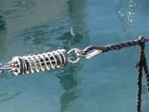Σφεντόνα σχοινιών με το δεσμό αγκύρων ασφάλειας που χρησιμοποιείται σε μια μεγάλη βάρκα πανιών Στοκ φωτογραφία με δικαίωμα ελεύθερης χρήσης