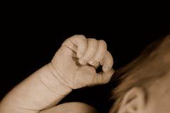 σφιγγμένο μωρό χέρι νεογέννη στοκ φωτογραφία με δικαίωμα ελεύθερης χρήσης
