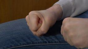 Σφιγγμένο το άτομο άτομο πυγμών σφίγγει την πυγμή του όταν τιμωρεί δικός του το προϊστάμενο Στοκ φωτογραφία με δικαίωμα ελεύθερης χρήσης