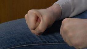 Σφιγγμένο το άτομο άτομο πυγμών σφίγγει την πυγμή του όταν τιμωρεί δικός του το προϊστάμενο Στοκ Φωτογραφίες