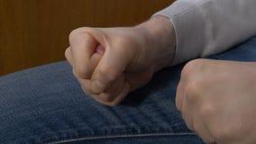 Σφιγγμένο το άτομο άτομο πυγμών σφίγγει την πυγμή του όταν τιμωρεί δικός του το προϊστάμενο Στοκ Εικόνες