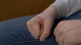 Σφιγγμένο το άτομο άτομο πυγμών σφίγγει την πυγμή του όταν τιμωρεί δικός του το προϊστάμενο Στοκ Εικόνα