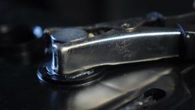 Σφιγκτήρας κινηματογραφήσεων σε πρώτο πλάνο που συνδέεται με τα τερματικά μπαταριών στο εργαστήριο απόθεμα βίντεο