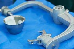 Σφιγκτήρας κρανίων με τις καρφίτσες και αντισηπτική λύση για την επικεφαλής σταθεροποίηση στη νευροχειρουργική χειρουργική επέμβα στοκ εικόνες με δικαίωμα ελεύθερης χρήσης