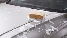 Σφουγγάρι για το αυτοκίνητο για την πλύση απόθεμα βίντεο