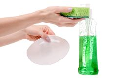 Σφουγγάρι μπουκαλιών πλυσίματος των πιάτων και θηλυκό χέρι πιάτων Στοκ εικόνες με δικαίωμα ελεύθερης χρήσης