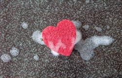 Σφουγγάρι σε μια μορφή καρδιών Στοκ φωτογραφία με δικαίωμα ελεύθερης χρήσης