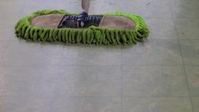 Σφουγγαρίστρα σκόνης στο lenoleum απόθεμα βίντεο