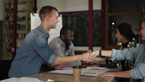 Σφράγιση μιας διαπραγμάτευσης Επιχειρηματίες που τινάζουν τα χέρια, τελειώνοντας επάνω στη σύγχρονη θέση γραφείων ή εργασίας Νέος απόθεμα βίντεο