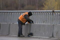 Σφραγίζοντας ένωση γυψαδόρων προσόψεων της οικοδόμησης του τοίχου με putty Στοκ Εικόνες