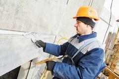 Σφραγίζοντας ένωση γυψαδόρων προσόψεων της οικοδόμησης του τοίχου με putty τη μαστίχα στοκ εικόνα με δικαίωμα ελεύθερης χρήσης