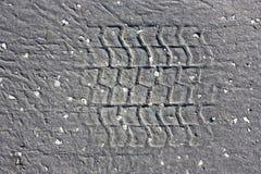 Σφραγίδες ροδών στον παλαιό ραγισμένο δρόμο ασφάλτου Στοκ φωτογραφία με δικαίωμα ελεύθερης χρήσης