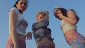 Σφριγηλές κυκλοφορίες τριών νέων μοντέρνων κοριτσιών υπαίθριων απόθεμα βίντεο