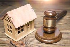 Σφυρί ενός δικαστή, breadboard πρότυπο ενός ξύλινου σπιτιού Στοκ φωτογραφία με δικαίωμα ελεύθερης χρήσης