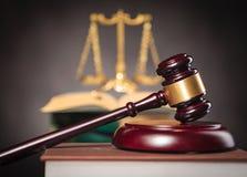 Σφυρί δικαστή με τη χρυσή κλίμακα στο υπόβαθρο στοκ φωτογραφία