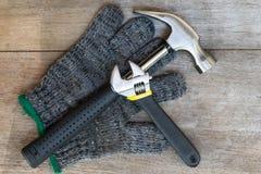 Σφυρί και γαλλικό κλειδί στο ξύλο Στοκ Φωτογραφία