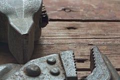 Σφυρί και διευθετήσιμο γαλλικό κλειδί σε ένα τραχύ ξύλινο υπόβαθρο Στοκ φωτογραφία με δικαίωμα ελεύθερης χρήσης