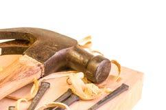 Σφυρί και καρφιά σε ένα ξύλινο χαρτόνι Στοκ Φωτογραφία