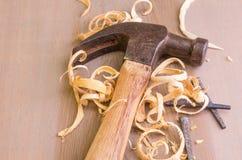 Σφυρί και καρφιά σε ένα ξύλινο χαρτόνι Στοκ εικόνα με δικαίωμα ελεύθερης χρήσης