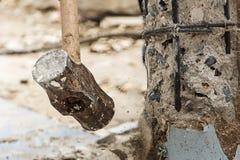 Σφυρί και συντριβή εκμετάλλευσης εργαζομένων στο σκυρόδεμα στοκ εικόνες