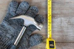 Σφυρί και ταινιών και μαλλιού μετρητών γάντια Στοκ Εικόνες