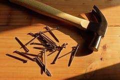 Σφυρί, καρφί και ξύλο και ένας σωρός του ξύλινου υποβάθρου στοκ φωτογραφία με δικαίωμα ελεύθερης χρήσης
