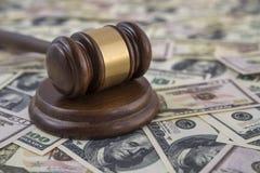 Σφυρί του δικαστή στο υπόβαθρο των τραπεζογραμματίων δολαρίων χρημάτων στοκ φωτογραφία με δικαίωμα ελεύθερης χρήσης