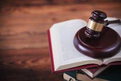 Σφυρί του δικαστή σε ένα ανοικτό βιβλίο με το copyspace Στοκ φωτογραφία με δικαίωμα ελεύθερης χρήσης