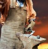 Σφυρηλάτηση ενός σιδήρου σε ένα αμόνι Στοκ φωτογραφίες με δικαίωμα ελεύθερης χρήσης